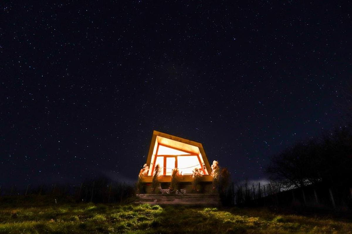 panorama-glamping-hut-visole-surrounded-by-stars